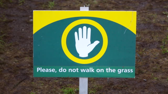 stockvideo's en b-roll-footage met cu shot of sign please do not walk on grass at keukenhof gardens / lisse, south holland, netherlands - grond