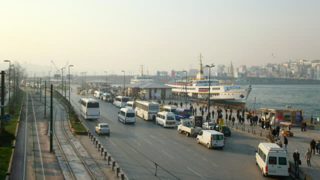 vidéos et rushes de ms t/l shot of sirkeci ferry terminal with busy road and tramway / istanbul, turkey  - ligne de tramway