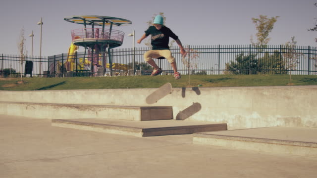 shot of skateboarder falling after trying to kickflip a gap. - unfall konzepte stock-videos und b-roll-filmmaterial