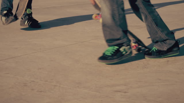 vidéos et rushes de shot of skater's board and air attempt. - trébucher