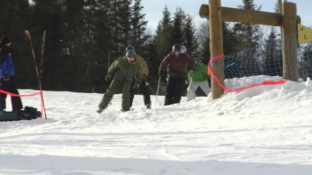 vídeos de stock e filmes b-roll de ms shot of skier enjoying generic skiing slope / quebec, canada - roupa de esqui