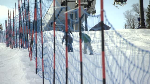 vídeos de stock e filmes b-roll de ms pan shot of skier enjoying generic skiing slope / quebec, canada - roupa de esqui