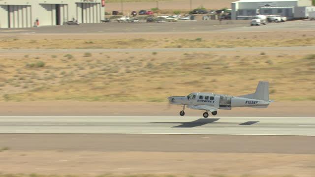 vidéos et rushes de ms aerial ts shot of skydiving airplane taking off at airport / boulder city, nevada, united states - comté de clark nevada