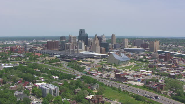 vídeos de stock e filmes b-roll de ws aerial shot of skyline including kansas city convention center and kaufmann center for performing arts / kansas city, missouri, united states - missouri
