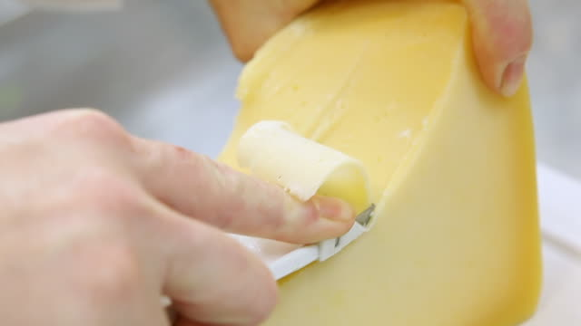 cu ts shot of slicing cheese / belo horizonte, minas gerais, brazil - チーズ点の映像素材/bロール