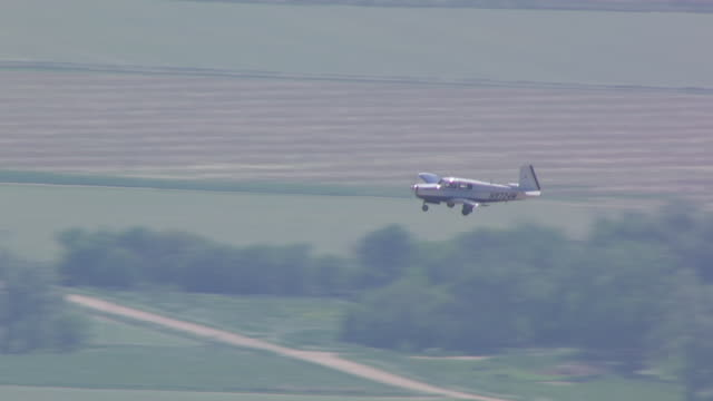 vidéos et rushes de ms aerial shot of small airplane flying over farmland in south central nebraska / nebraska, united states - propeller