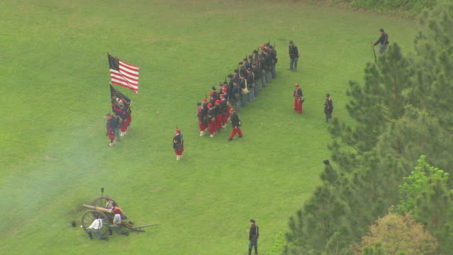 vídeos de stock e filmes b-roll de ms aerial shot of small contingent of union soldiers advances at port hudson battlefield during civil war reenactment / zachary, louisiana, united states - exército da união