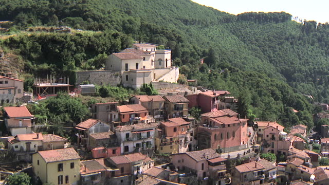 stockvideo's en b-roll-footage met ms aerial shot of small hillside town in suburbs / rome, italy - tilt down