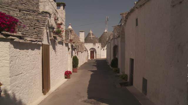 stockvideo's en b-roll-footage met ms shot of small lane of trulli of alberobello at unesco world heritage / alberobello, puglia, italie - italian culture