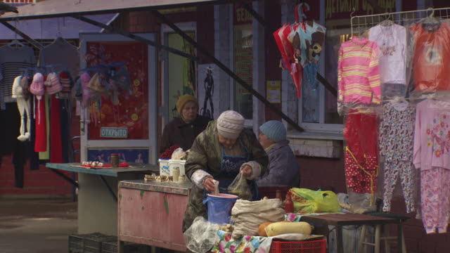 shot of small market stalls in moscow. - russland stock-videos und b-roll-filmmaterial
