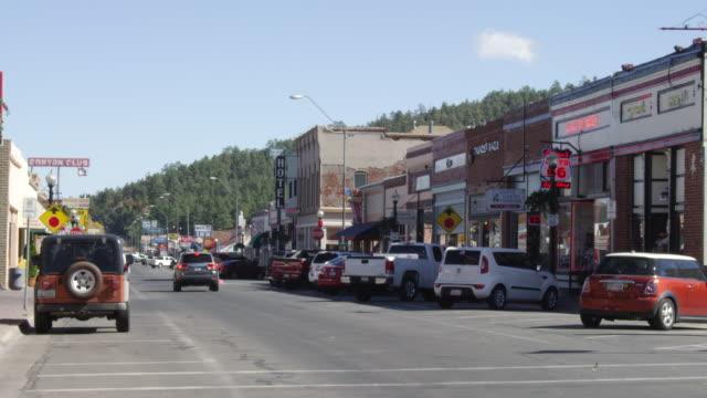 vídeos y material grabado en eventos de stock de ms shot of small town main street and route 66 / williams, arizona, united states - route 66