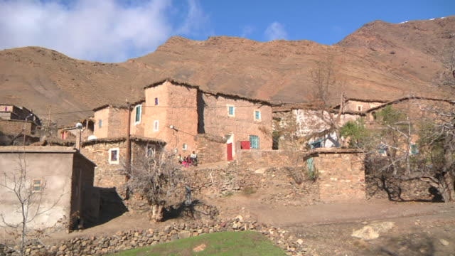 stockvideo's en b-roll-footage met ms pan shot of small village at base of atlas mountains / marrakech, tensift, morocco  - wiese