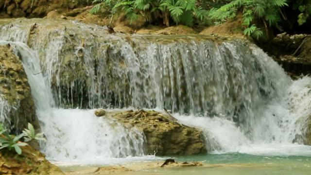 ms slo mo shot of small waterfall / kuang si, luang prabang, laos - klein stock-videos und b-roll-filmmaterial