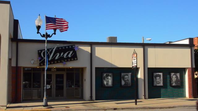 vídeos de stock e filmes b-roll de ms shot of smithfield, north carolina world famous actress ava gardner museum in her hometown with flag / smithfield, north carolina, united states - ava gardner