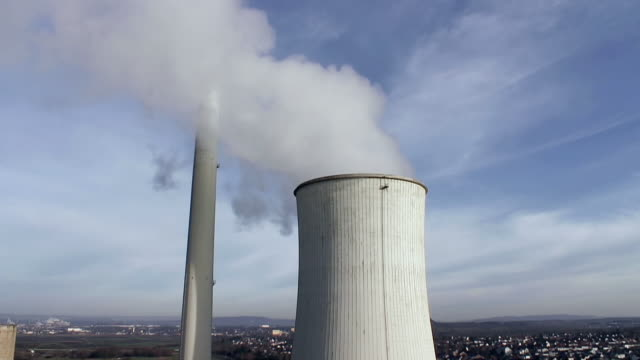 vidéos et rushes de ms shot of smoke comming out from coal power plant chimny / saarlouis, saarland, germany - répandre