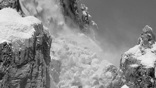 vídeos y material grabado en eventos de stock de cu shot of snow covering mountain as an avalanche begins, snow and boulders tumble down mountain - boulder rock