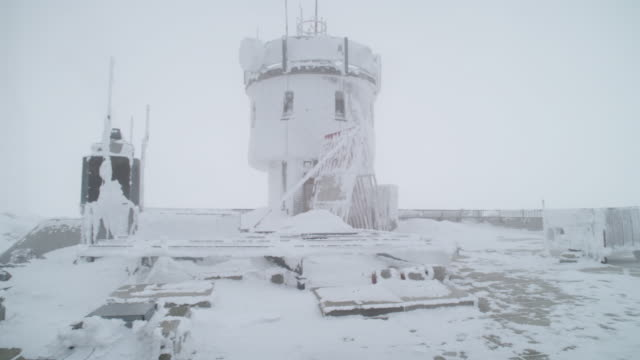 "stockvideo's en b-roll-footage met ""ms pan shot of snow covering tower and structures, mount washington observatory, white sky, strong winds / north conway, new hampshire, united states"" - onderzoeksfaciliteit"