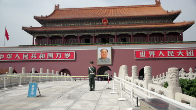 stockvideo's en b-roll-footage met ms shot of soldier standing at forbidden city / beijing, china - communisme