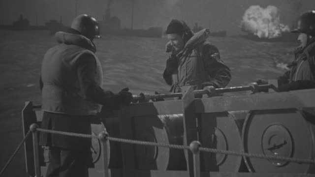 stockvideo's en b-roll-footage met ms shot of soldiers barrel falling down from ship - uithoudingsvermogen