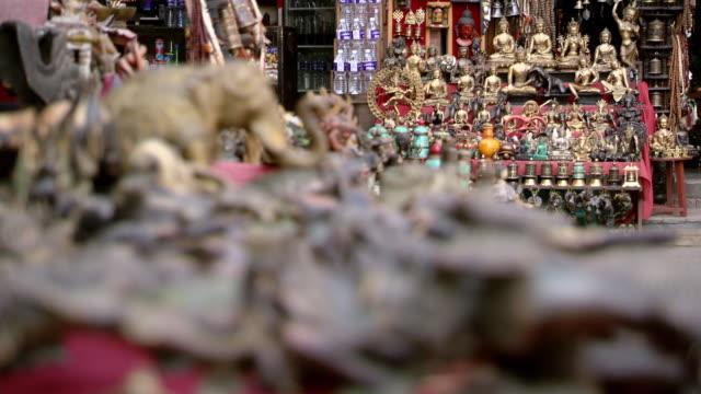 vídeos de stock e filmes b-roll de ms r/f shot of souvenir market at boudhanath stupa temple / kathmandu, nepal - figura masculina