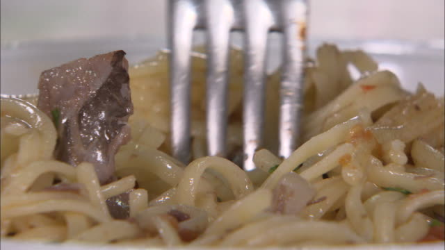 shot of spaghetti cooked with tuna in sicily, italy - cucina mediterranea video stock e b–roll