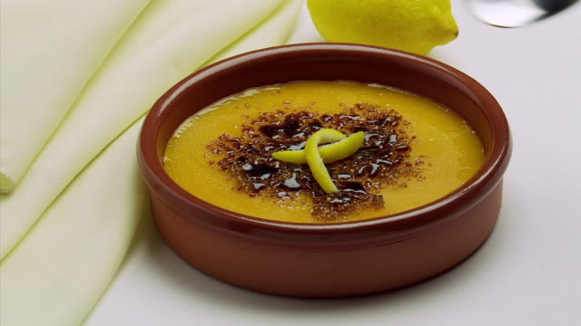 vídeos de stock e filmes b-roll de ms shot of spanish food spoon inserted in flan catalan / estepona,espana, malaga, spain   - prato