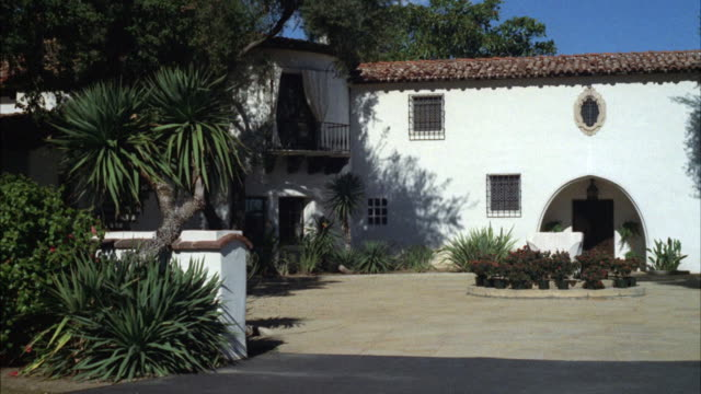 ms shot of spanish mediterranian california bungalow / los angeles, california, united states - spanish culture stock videos & royalty-free footage