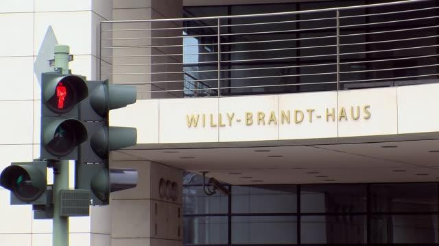 vídeos de stock, filmes e b-roll de ms shot of spd-headquarter willy-brandt-haus / berlin, germany - escrita ocidental