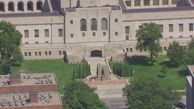 ms aerial ts zo shot of staircase to state capitol and pull out to entire building / lincoln, nebraska, united states - nebraska stock-videos und b-roll-filmmaterial