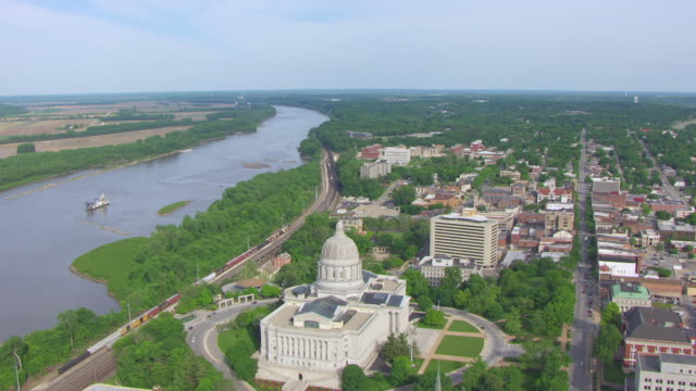 ws aerial shot of state capitol building and missouri river / jefferson city, missouri, united states - ミズーリ州点の映像素材/bロール