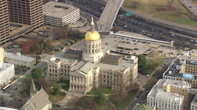 ms aerial shot of state capitol building / georgia, united states - ジョージア州点の映像素材/bロール