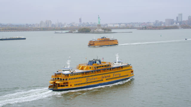 """""""ws tu aerial shot of staten island ferry with statue of liberty / new york city, united states"""" - staten island stock videos and b-roll footage"""