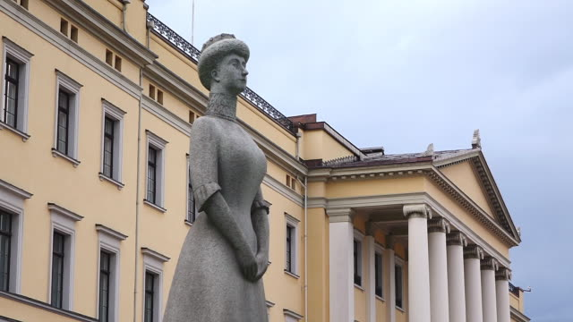 ms shot of statue at the royal palace / oslo, norway - royalty stock videos & royalty-free footage