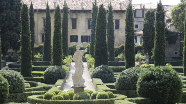 ms shot of statue in giardino giusti botanical renaissance park / verona, veneto, italy - formal garden video stock e b–roll