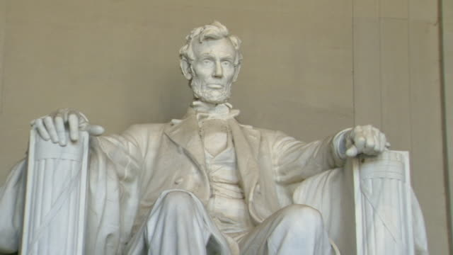 ms shot of statue of abraham lincoln sitting in chair in interior of lincoln memorial / washington, district of columbia, united states - lincolndenkmal stock-videos und b-roll-filmmaterial