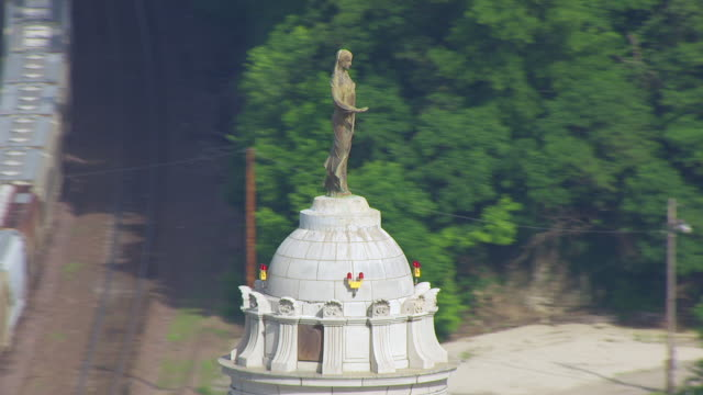 vídeos de stock, filmes e b-roll de cu aerial ds ts shot of statue of ceres on top of missouri state capitol / jefferson city, missouri, united states - figura feminina