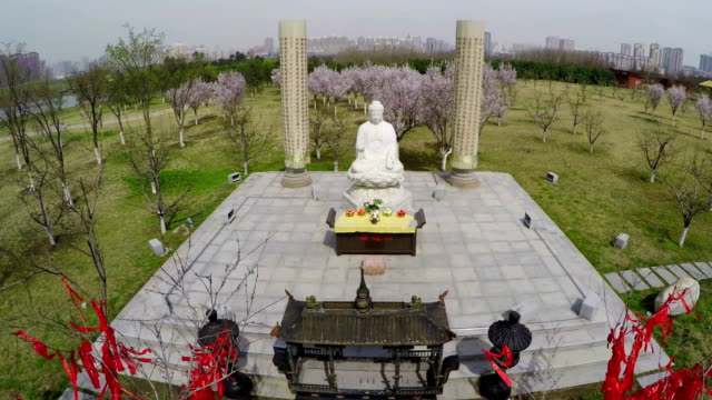 vídeos de stock e filmes b-roll de ws aerial shot of statue of chinese buddha - figura masculina