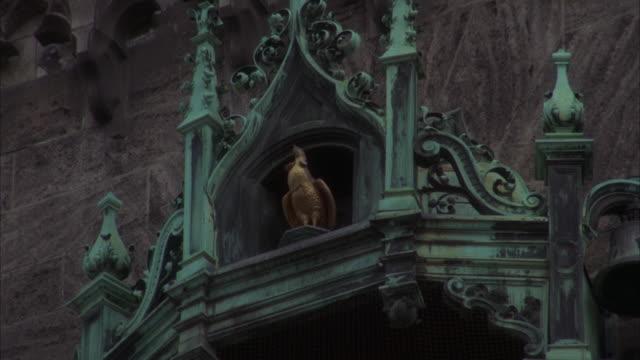 vídeos y material grabado en eventos de stock de ms zo shot of statue of golden rooster - figura femenina
