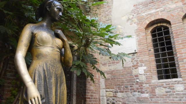 ms shot of statue of juliet at casa di giulietta / verona, veneto, italy - female likeness stock videos & royalty-free footage