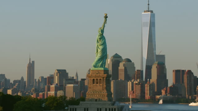"vidéos et rushes de ""ws aerial tu shot of statue of liberty  / new york city, united states"" - statue of liberty new york city"