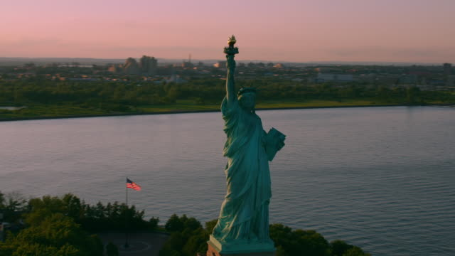 """ws aerial ts shot of statue of liberty  / new york city, united states"" - 自由の女神点の映像素材/bロール"