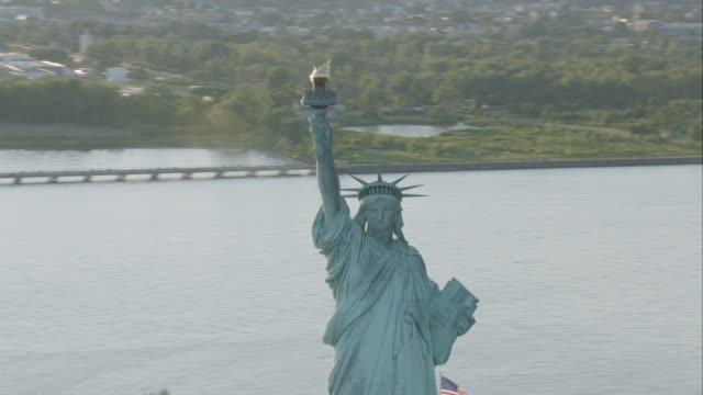 "stockvideo's en b-roll-footage met ""ms ds aerial shot of statue of liberty / new york city, united states "" - gedenkteken"