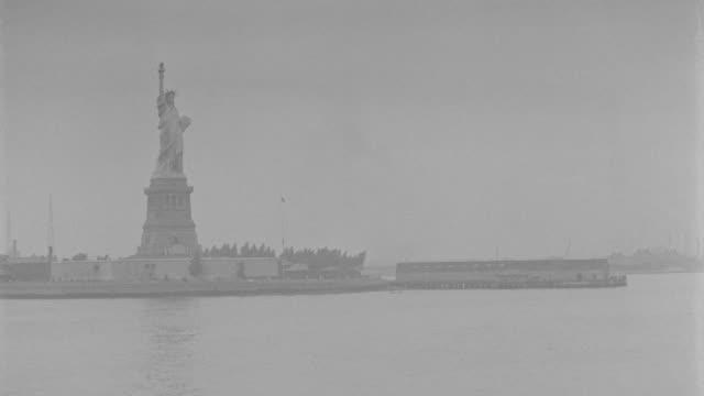 vídeos de stock e filmes b-roll de ws pov shot of statue of liberty  - statue of liberty new york city