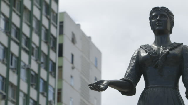 vídeos de stock, filmes e b-roll de ms pan shot of statue / rio, brazil - estátua