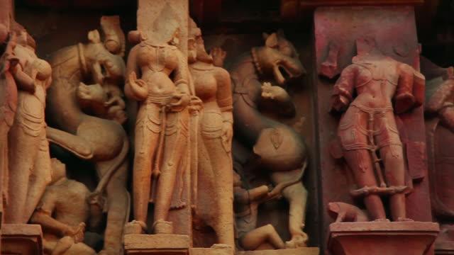 stockvideo's en b-roll-footage met cu pan shot of statues carved at temple chhatarpur district / khajuraho, madhya pradesh, india - vrouwelijke gestalte