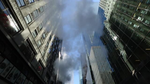 vídeos y material grabado en eventos de stock de ws tu la shot of steam blowing between midtown buildings / new york, united states - centro de manhattan