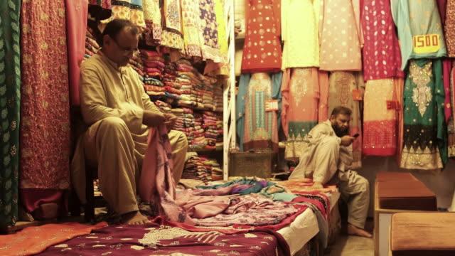 ms shot of stores at old lahore / old city of lahore punjab pakistan - punjab pakistan bildbanksvideor och videomaterial från bakom kulisserna