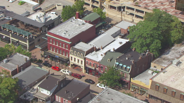 ms aerial shot of stores on main street of historic district / st charles, missouri, united states - ミズーリ州点の映像素材/bロール
