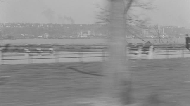 stockvideo's en b-roll-footage met ms pov shot of street and hudson river - rivieroever