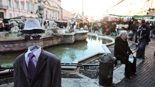 vidéos et rushes de ms pan shot of street artists showing performance invisible man / rome, italy - invisible